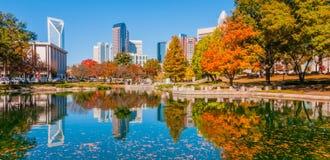 Сезон осени горизонта города Шарлотты стоковые изображения rf