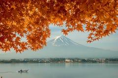 Сезон осени и гора Фудзи в утре с кленом листьев красного цвета Стоковые Фото