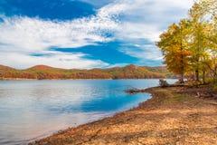 Сезон осени на озере с красивым лесом на береге холма Стоковые Изображения