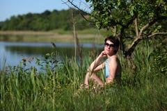 Сезон пляжа Женщина на пляже озером стоковые изображения