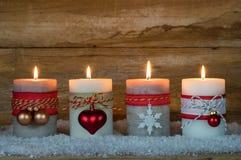 Сезон пришествия, 4 горящих свечи на снеге Стоковая Фотография