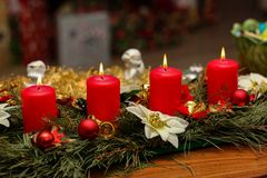 Сезон пришествия, 4 свечи гореть стоковые изображения