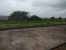 Сезон Rainny на железнодорожном вокзале стоковое фото