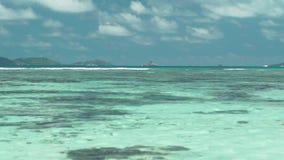 Сейшельские островы Остров Praslin Больший seascape с ясными открытым морем и небом Исландия далека на горизонте Туризм акции видеоматериалы