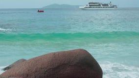 Сейшельские островы Остров Praslin Моторная лодка с людьми двигая в голубую морскую воду на предпосылке Туризм, ослабляет сток-видео