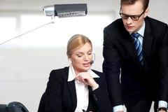 секретарша босса объясняя женская к стоковая фотография rf