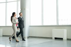 Секретарша давая путешествие для делового партнера от за рубежом Стоковое фото RF