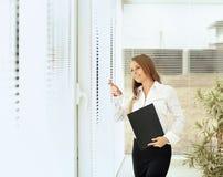 секретарша женщины с документами в ярком офисе Стоковое Фото