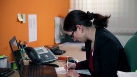 Секретарша заканчивая телефонный звонок не очень счастливый сток-видео