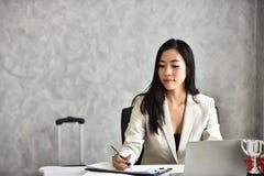 Секретарша или штат или офицер бухгалтерии стол она стоковое фото rf