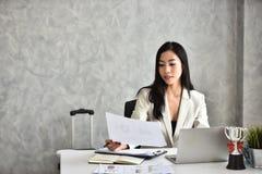 Секретарша или штат или офицер бухгалтерии стол она стоковые изображения rf