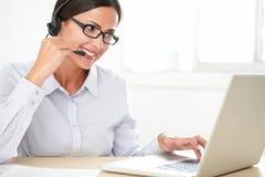 Секретарша молодой женщины делая обслуживание клиента Стоковые Фото