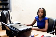 Секретарша на работе на его офисе стоковая фотография rf