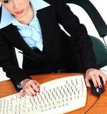 Секретарша печатая на машинке на клавиатуре Стоковые Фотографии RF