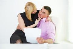 секретарша романс офиса flirt босса стоковые фото