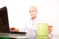 Секретарша с чашкой кофе Стоковая Фотография