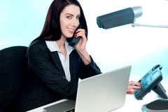 секретарша телефона клиента звонока говоря к через стоковое фото rf