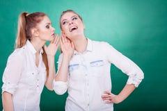 2 секрета долей подростков, сплетня Стоковые Фото