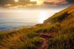 Секретная тропа к красивой сценарной неизвестной скале во время захода солнца Стоковые Изображения