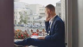 Секретно смотреть молодого честолюбивого работника банка сток-видео