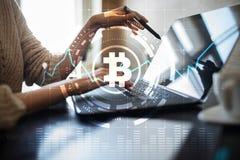 Секретные значки и диаграммы валюты на виртуальном экране взаимодействуют ico Начальный предлагать монетки Стоковое Изображение