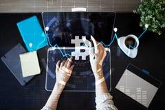 Секретные значки и диаграммы валюты на виртуальном экране взаимодействуют ico Начальный предлагать монетки Стоковые Изображения