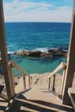 Секретный бассейн спрятанный на побережье Калифорнии в пляже laguna стоковое фото rf