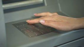 Секретный номер женщины входя в для того чтобы проверить счет в банк и разделить деньги от ATM видеоматериал