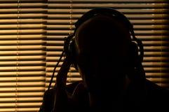 Секретный оперативный сотрудник слушает к переговору, записывая на животиках вьюрк-к-вьюрка стоковые изображения rf