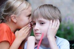 Секретный переговор ` s детей стоковое фото