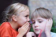 Секретный переговор ` s детей стоковая фотография