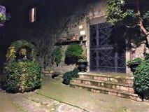 Секретный сад, каменный колодец и плющ, сказка стоковые изображения