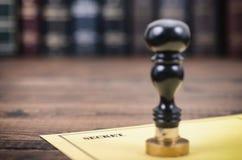 Секретный тип уплотнений документа и нотариуса на деревянной предпосылке Стоковая Фотография