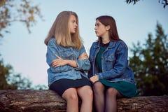 Секреты лета девушек стоковое изображение rf