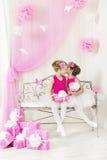 Секрет девушки говоря шепча к другу в вечеринке по случаю дня рождения Стоковая Фотография
