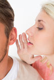 Секрет женщины шепча в a укомплектовывает личным составом ухо Стоковые Изображения RF