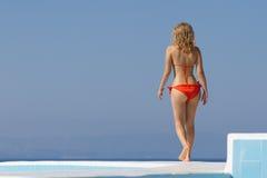 Сексуальная белокурая девушка на курорте лета стоковые изображения rf