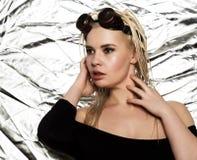 Сексуальная белокурая женщина с dreadlocks и сваривая стеклами на стальной предпосылке в студии Открытый космос для вашего текста стоковые изображения rf