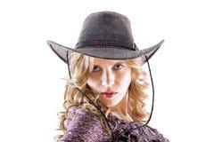 Сексуальная белокурая молодая дама в шлеме ковбоя на белизне стоковая фотография rf