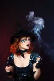 Сексуальная ведьма на темной предпосылке Стоковое фото RF