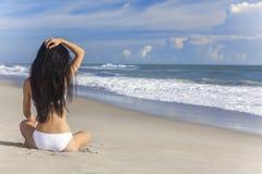 Сексуальная девушка женщины сидя Бикини на пляже Стоковые Фотографии RF
