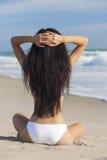 Сексуальная девушка женщины сидя в Бикини на пляже Стоковые Изображения