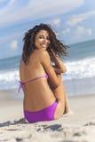 Сексуальная девушка женщины сидя в Бикини на пляже Стоковые Фотографии RF