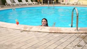 Видео сексуально плавает в бассейне