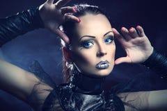 Сексуальная девушка с серебряными губами яркия блеска Стоковое фото RF