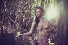 Сексуальная женщина в воде стоковые изображения rf