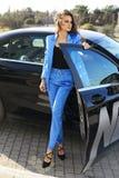Сексуальная женщина в элегантных одеждах представляя в роскошном автомобиле Стоковое Изображение RF