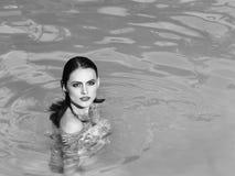сексуальная женщина Довольно сексуальная женщина в бассейне Стоковые Изображения RF