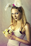 Сексуальная женщина - зайчик пасхи с корзиной яичек Стоковые Изображения RF