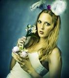 Сексуальная женщина - зайчик пасхи с корзиной яичек Стоковая Фотография